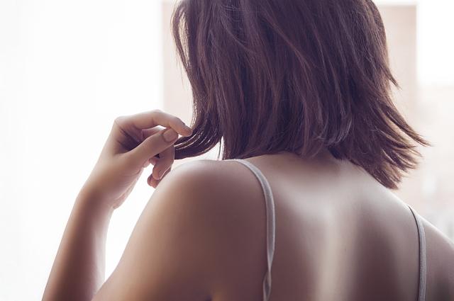 Vrouw met schouderpijn vraagt zich af waar de pijn vandaan komt