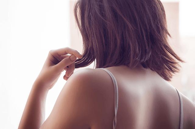 Vrouw met schouderpijn